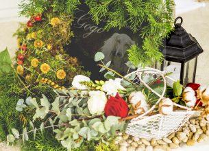 Gravsten blomdekorationer lykta