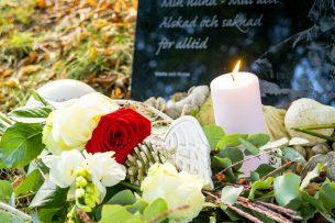 Gravsten djurkyrkogård ljus med ros